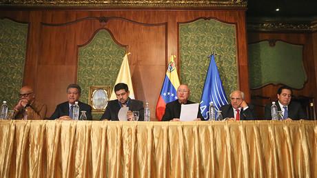 Los representantes del Vaticano, Unasur, el Gobierno venezolano y la oposición durante una reunión del diálogo de paz en Caracas, Venezuela, 13 de noviembre, 2016.