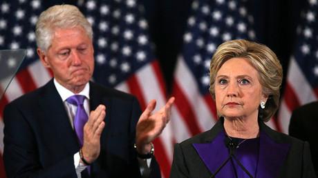 El ex presidente de EE.UU., Bill Clinton, junto con su esposa, la candidata demócrata a la Casa Blanca, Hillary Clinton