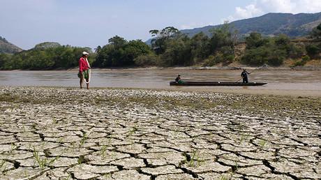 El pescador Gabriel Barreto a orillas del río Magdalena, el río más largo e importante de Colombia