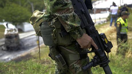 Policías colombianos operan en la zona después de que una banda criminal quemara un autobús en Belen, Colombia, el 1 de abril de 2016.