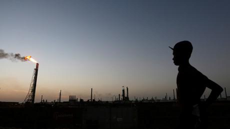 Un hombre permanece cerca de la refinería de Cardón, perteneciente a la petrolera estatal venezolana PDVSA, en Punto Fijo. Venezuela