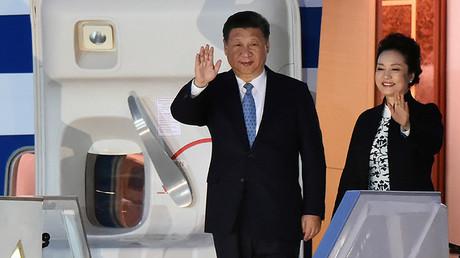 El presidente chino, Xi Jinping y su mujer, Peng Liyuan, a su llegada al aeropuerto internacional en Lima, Perú, con motivo de la cumbre de APEC, el 18 de noviembre de 2016.