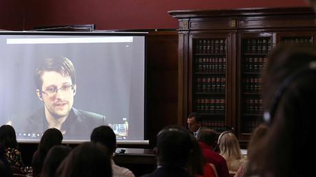 Snowden habla por videoconferencia durante un acto en la Universidad de Buenos Aires (Argentina), el 14 de noviembre de 2016.