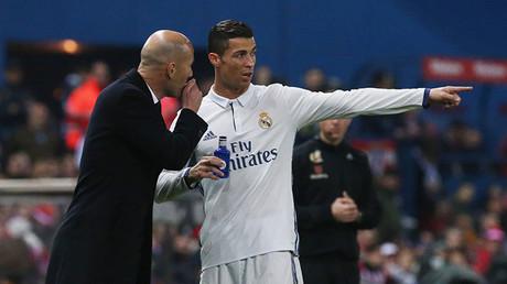 El delantero Cristiano Ronaldo habla con su entrenador, Zinedine Zidane