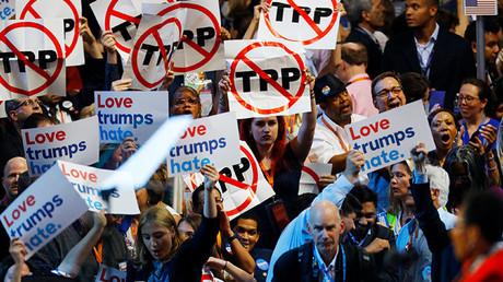 Delegados con pancartas contra el TPP durante la Convención Nacional Demócrata en Filadelfia (Pensilvania), el pasado 25 de julio