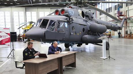 El director de la planta de Ulán-Udé, Leonid Bélyj (derecha) y el representante de la base aérea 7060, Andréi Nikolaichuk, durante la ceremonia de entrega del helicóptero Mi-8AMTSh-VA.