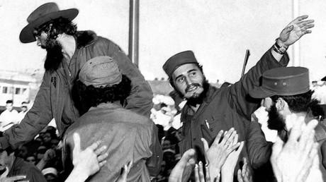 Un joven Fidel Castro saluda al pueblo en La Habana, el 8 de enero de 1959.