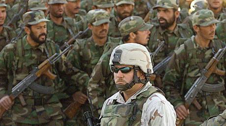 Soldados estadounidense durante un desfile de las tropas afganas en Kabul (enero de 2003)