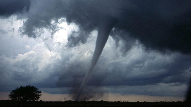 Videos: Un tornado causa daños en el sur de España