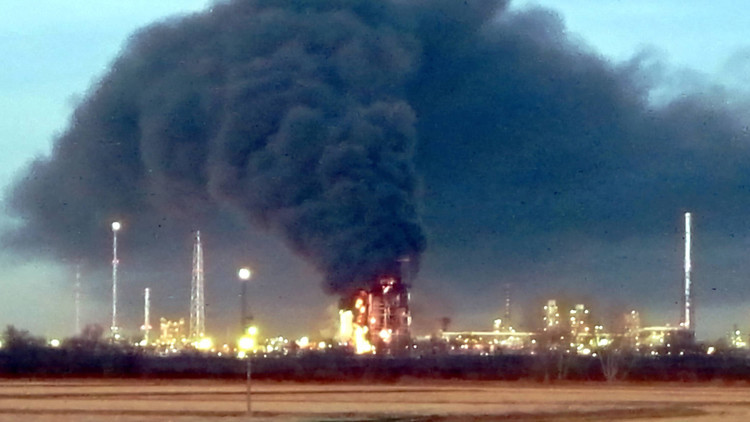 Una explosión provoca un gran incendio en una refinería petrolera de Italia (FOTOS, VIDEO)