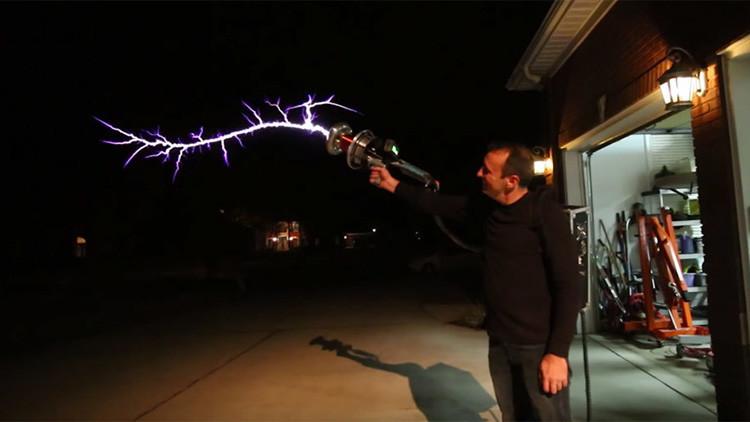 ¡No lo repita en casa!: Así funciona el increíble rifle 'lanza rayos' a base de la 'bobina de Tesla'