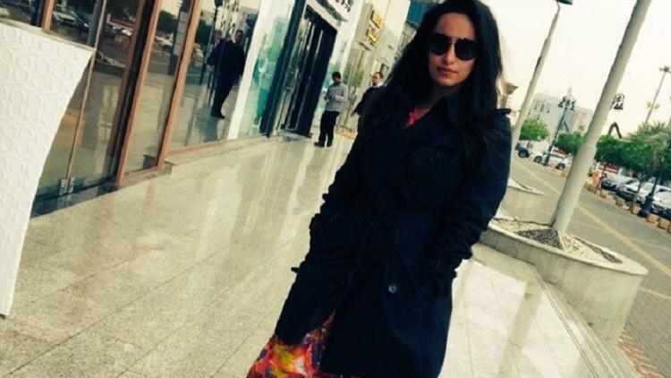 """""""Echen su cadáver a los perros"""": Amenazan a una mujer saudita por tomarse una foto sin hiyab"""