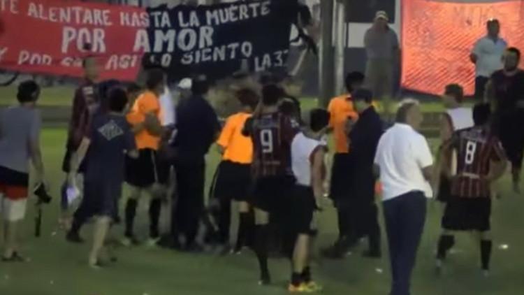 Video: Hinchas le dan una paliza a un árbitro de fútbol argentino