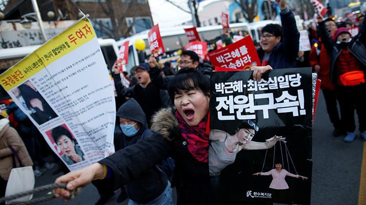 La presidenta de Corea del Sur acepta renunciar al cargo forzada por oposición y protestas