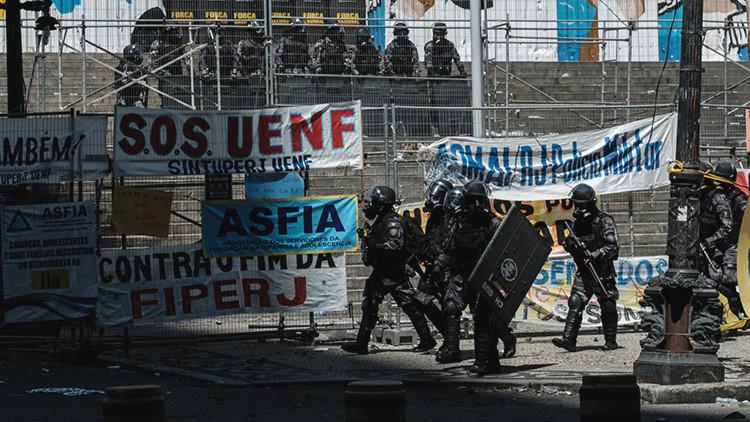 Policía y manifestantes chocan en Río de Janeiro en protestas contra reforma de austeridad (VIDEO)
