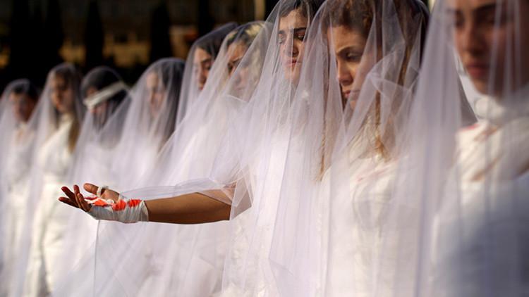 'Novias ensangrentadas' protestan en el Líbano contra una antigua ley sobre violaciones (fotos)
