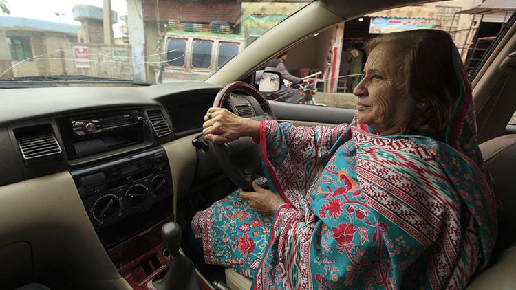 Rompiendo barreras: una empresa de taxis de Pakistán contrata mujeres para conducir sus autos
