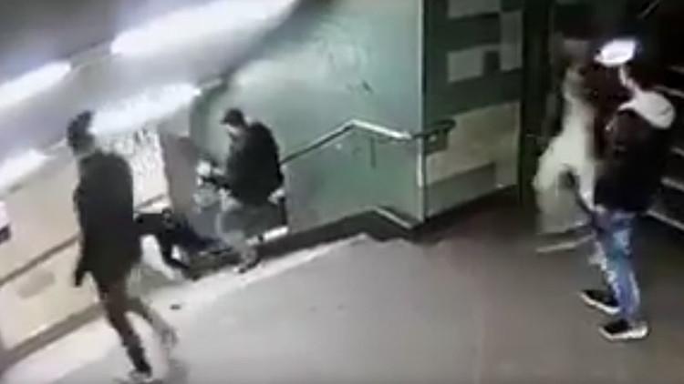 Indignante video: un joven tira brutalmente por las escaleras a una mujer en el metro de Berlín