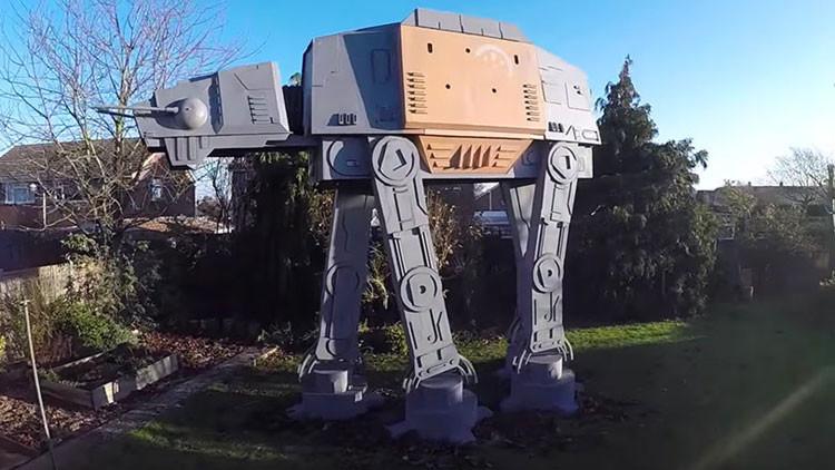 El mejor regalo de Navidad: aficionado hace una réplica del AT-AT de 'Star Wars' a tamaño real