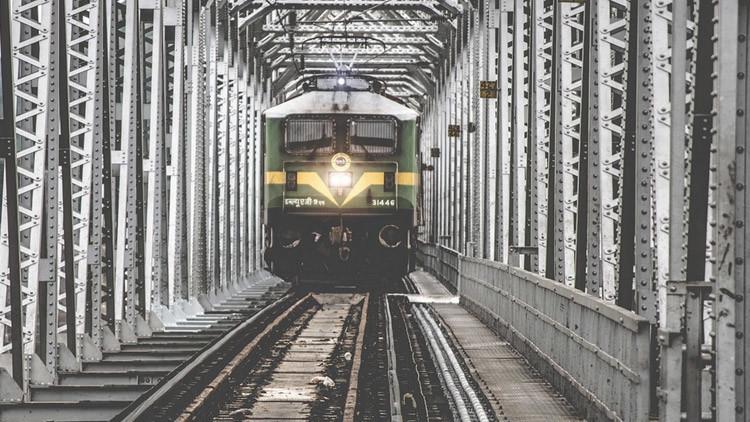 FUERTES IMÁGENES: Una mujer muere arrollada por un tren tras ser empujada por un asaltante