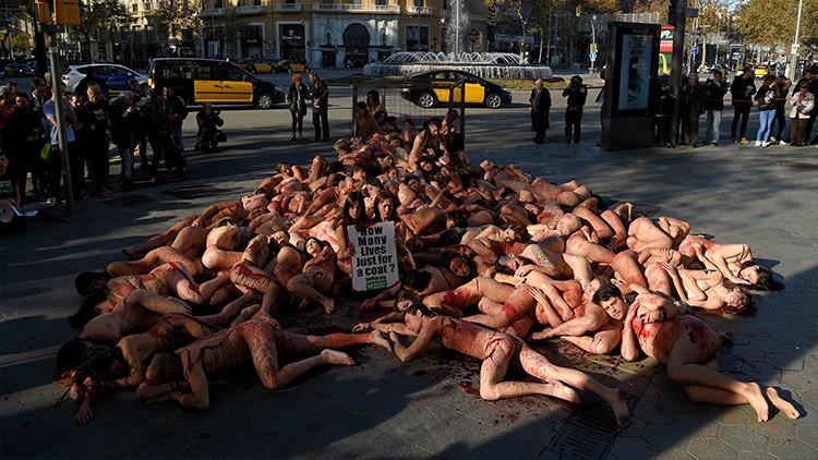 Activistas se desnudan contra los abrigos de piel en Barcelona (Video 18+)