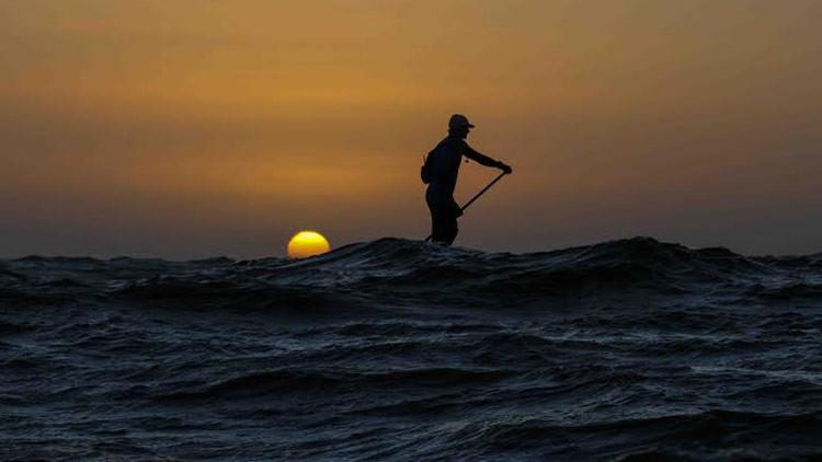 Un aventurero trata de cruzar el Atlántico sobre una tabla de paddle surf