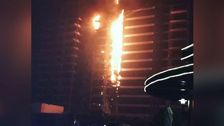 Un incendio consume un edificio residencial en una isla artificial de Dubái (videos)
