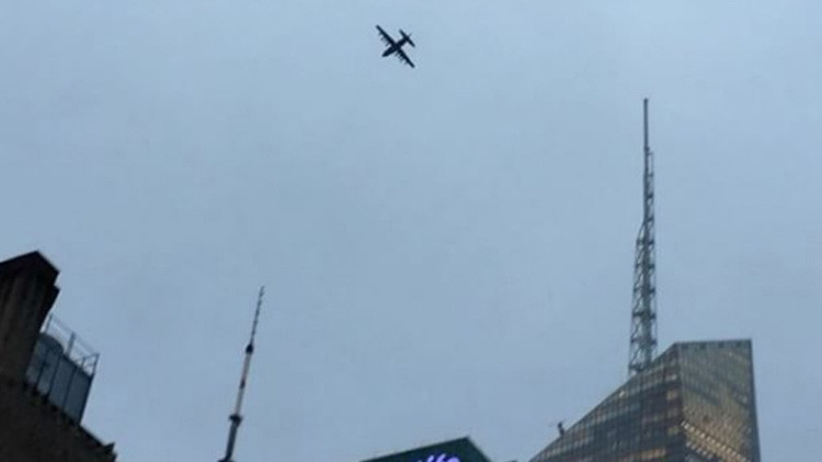 Fotos, videos: Un avión militar sobrevuela Manhattan y deja estupefactos a los neoyorquinos