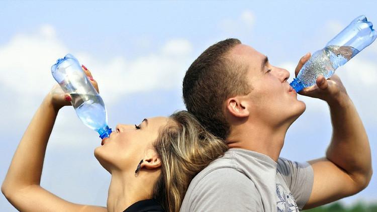 Advierten de los peligros de beber agua en exceso cuando hace mucho calor
