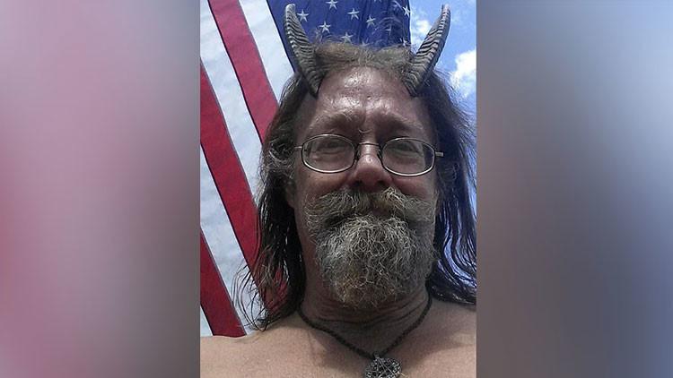 Un sacerdote pagano consigue lucir cuernos en su foto del carné de conducir