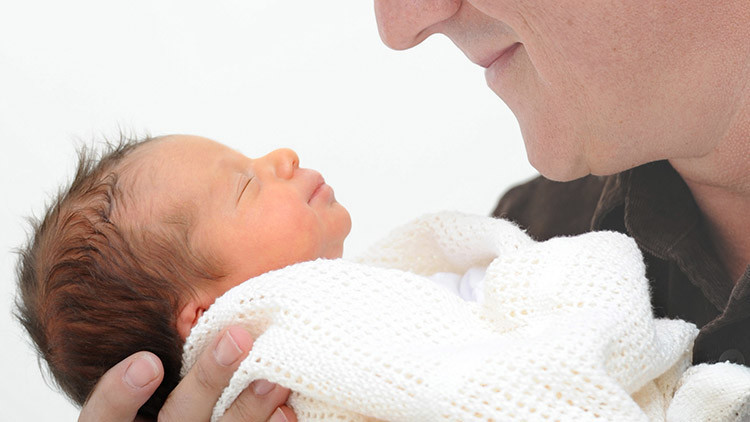 Reino Unido aprueba una nueva técnica para crear bebés con 'tres padres genéticos'