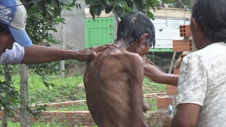 Infrahumano: Un boliviano obliga a su madre a alimentarse con comida de cerdos