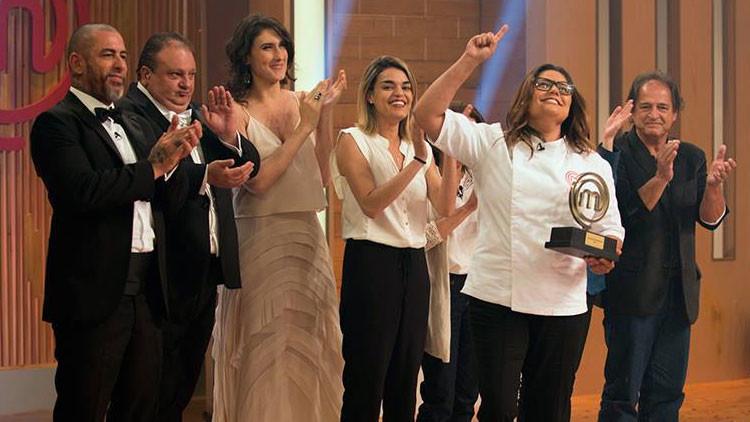 """""""Toma una escoba y barre"""": El comentario contra la ganadora de 'Master Chef' que indigna a Brasil"""