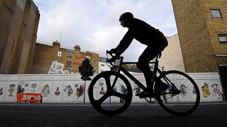 Imprudencia del secretario del Estado del Transporte de Reino Unido derriba a un ciclista (VIDEO)