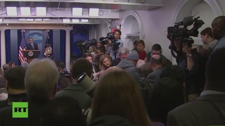 Video: Una mujer se desmaya durante la última rueda de prensa del año de Obama
