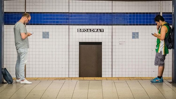 La conmovedora historia de un niño que ofrece 'terapia emocional' por 2 dólares en el metro