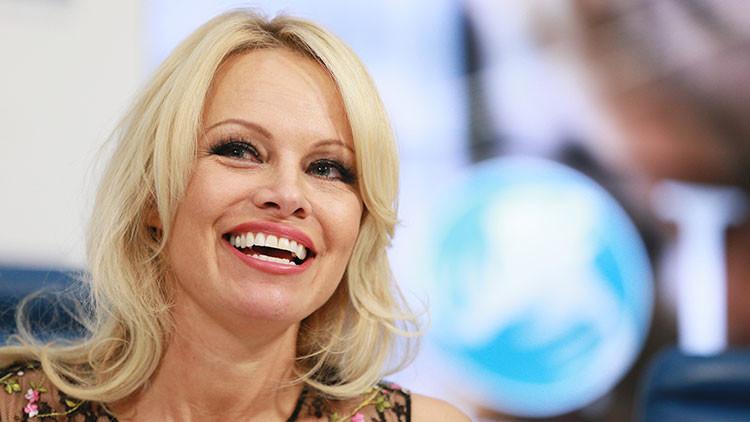"""Pamela Anderson: """"Estaría encantada de obtener el pasaporte ruso"""""""