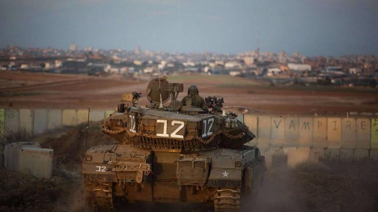 Un tanque israelí ataca posiciones de Hamás en Gaza en un enfrentamiento fronterizo