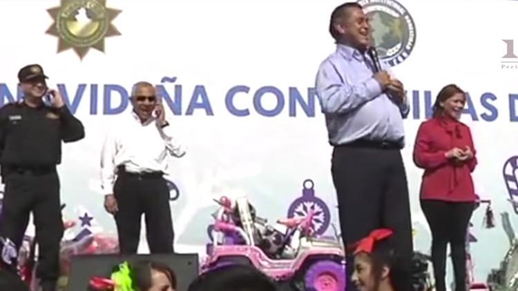 """Un gobernador mexicano revela a niños que Santa Claus """"son los papás"""" (VIDEO)"""