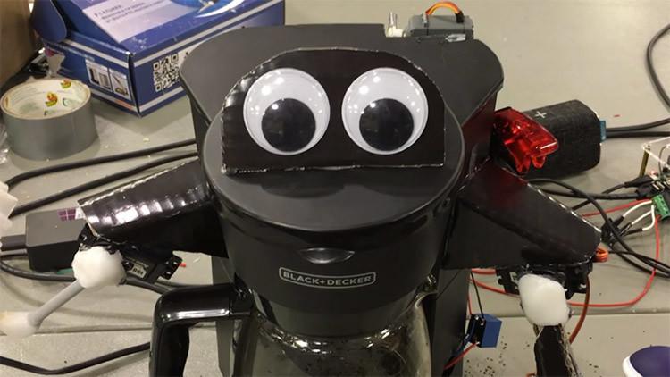 'Amiga y compañera': crean una máquina de café parlante con ojos y manos (VIDEO)
