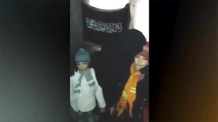 El último beso de una madre antes de mandar a su hija en una misión suicida (VIDEO)