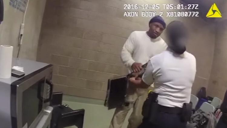 EE.UU.: Un reo golpea brutalmente a una funcionaria de prisiones (Video)