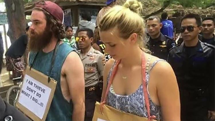 La razón por la cual estos turistas fueron sometidos a una 'marcha de la vergüenza' (fotos)
