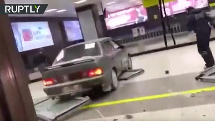 VIDEO: Un conductor en estado de embriaguez irrumpe a alta velocidad en un aeropuerto ruso