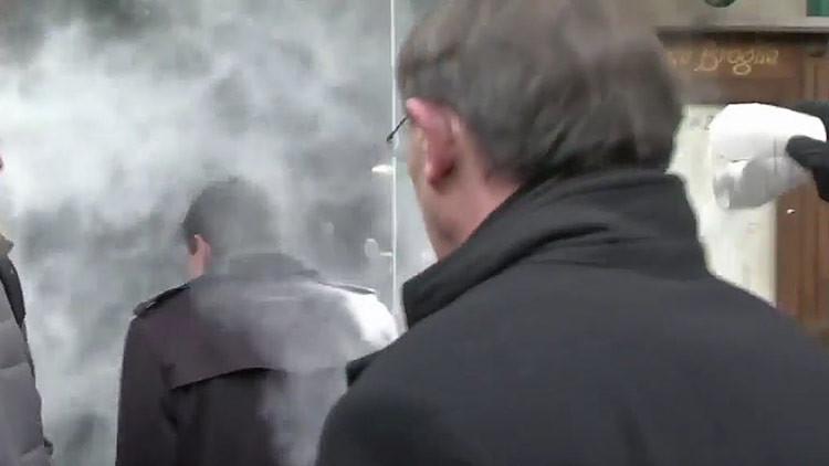 Un desconocido ataca al ex primer ministro francés con harina (FOTO, VIDEO)