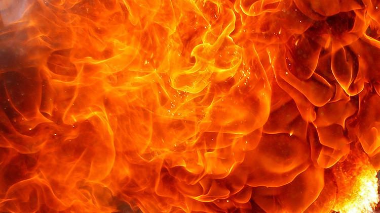 Fotos impactantes: manifestante indio casi se quema vivo durante una protesta