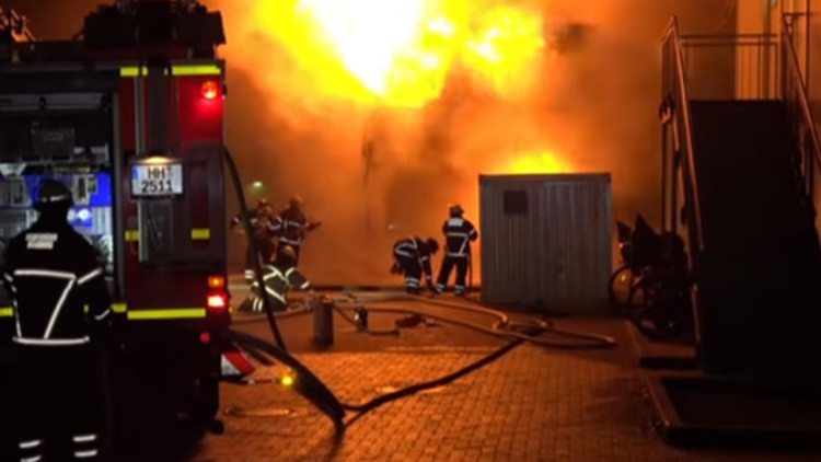 VIDEO impactante: un gran incendio destruye un campo de refugiados en Hamburgo