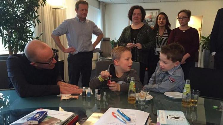 Un niño con cáncer terminal recauda dos millones de dólares pintando uñas (FOTOS)