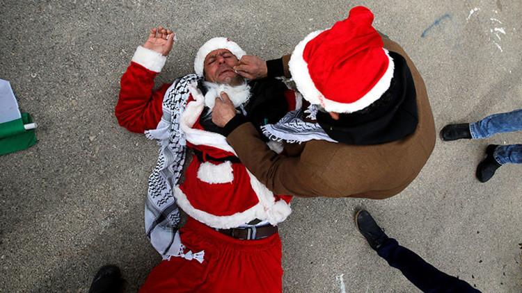Videos, fotos: 'Papás Noel' palestinos se enfrentan con soldados israelíes en Belén