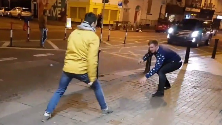Dos jóvenes imitan a Conor McGregor en la calle y se llevan la sorpresa de su vida